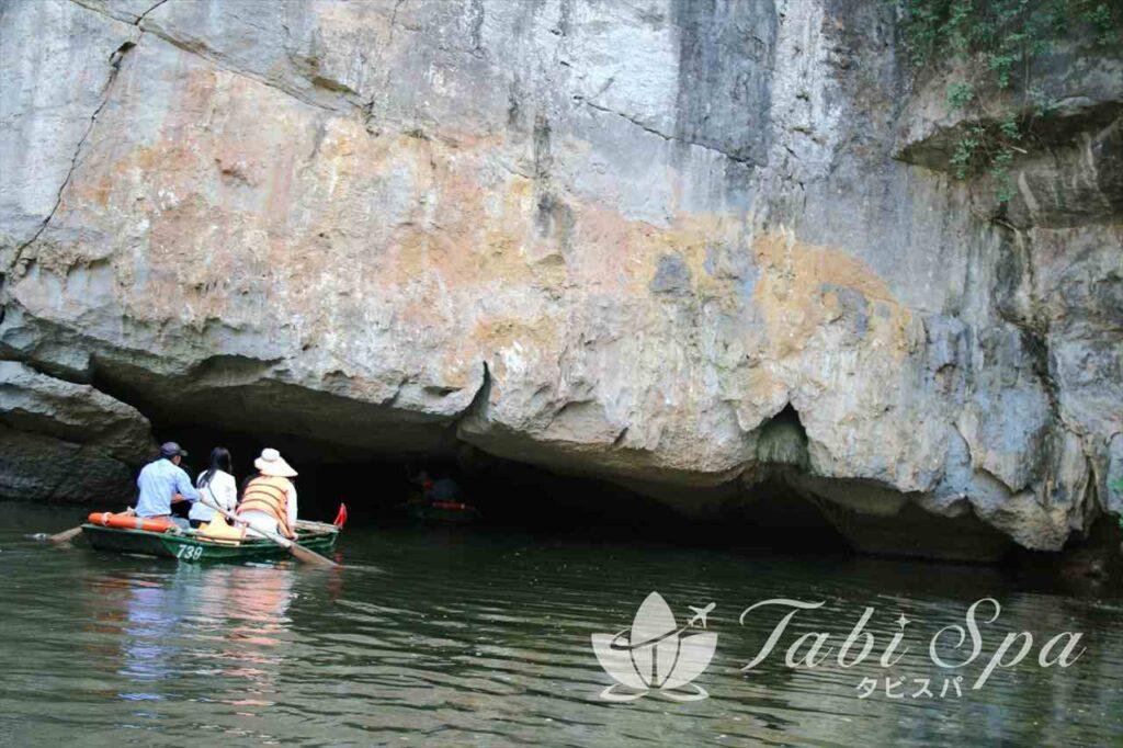 ボートで洞窟探索