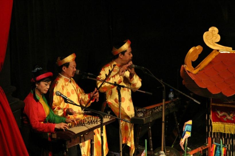 伝統音楽にのって水上人形がコミカルに動く