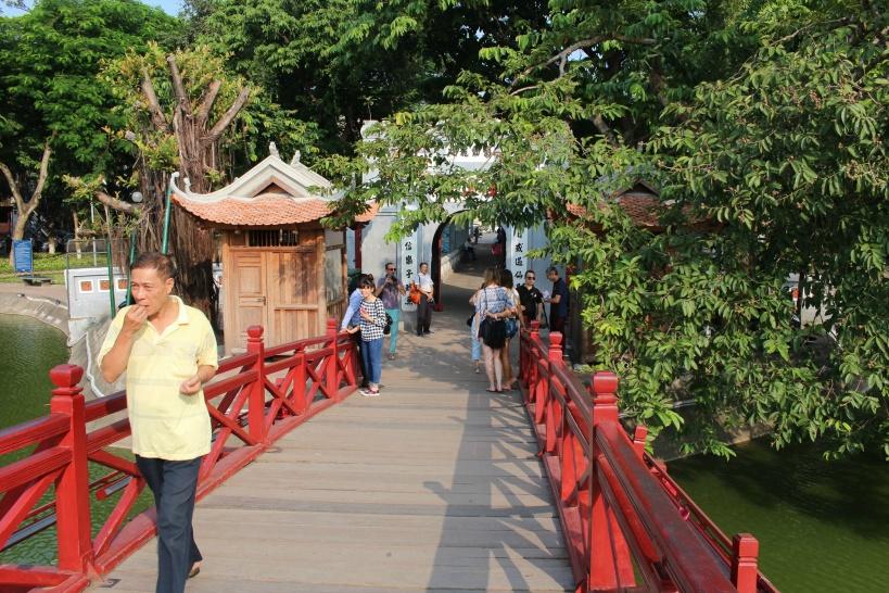 湖に架かる橋の先には「玉山祠」