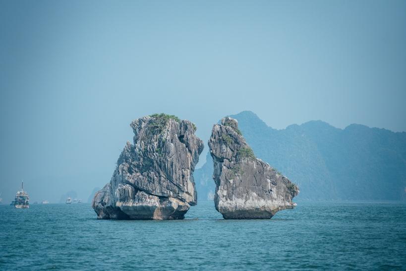 クルージングツアー開始!ハロン湾のシンボル「夫婦の岩」