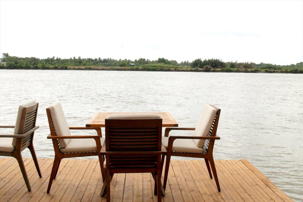 サイゴン川沿いのカフェ