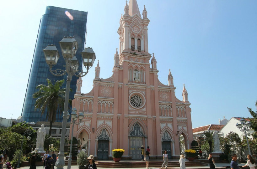 全身ピンクのカトリック教会「ダナン大聖堂」