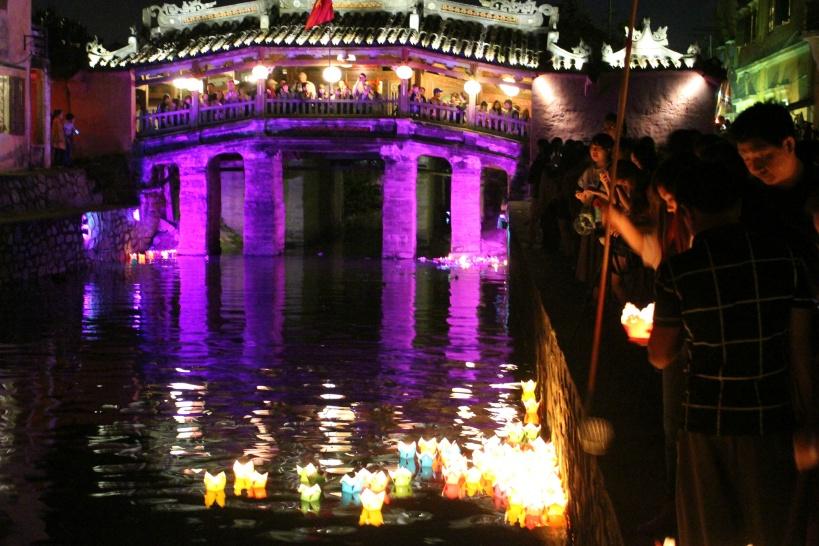日本橋を背に灯篭流し