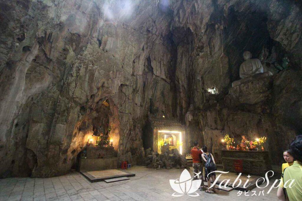 ① 美しい洞窟内部を散策「五行山」
