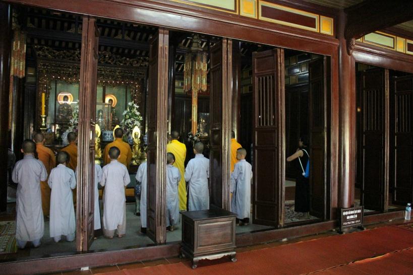 本堂で見学できる僧侶たち