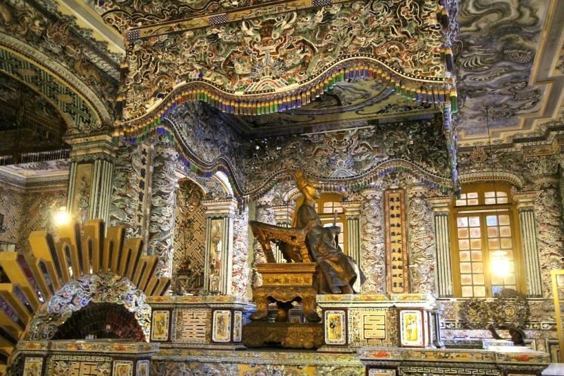 他の廟や寺院には見られない煌びやかさ