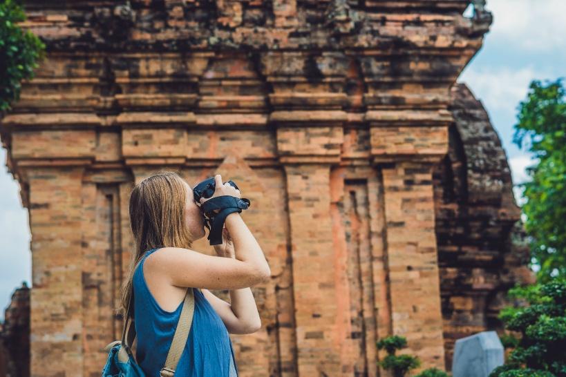 チャンパ遺跡を撮影する女性