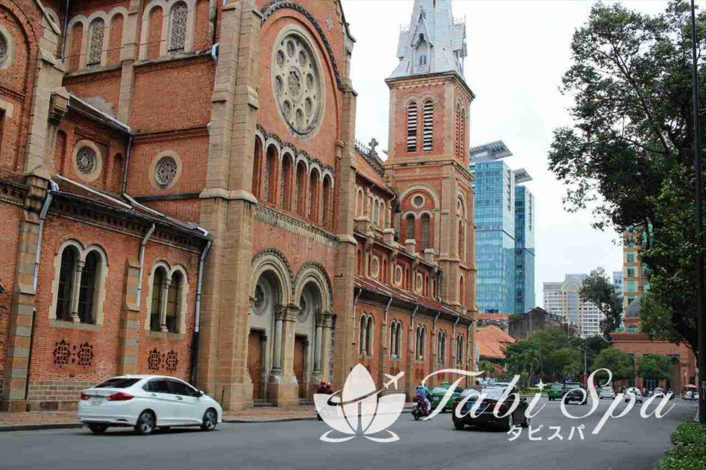 9:50 ホーチミンで最も格式の高い「サイゴン大教会(聖母マリア教会)」を見学
