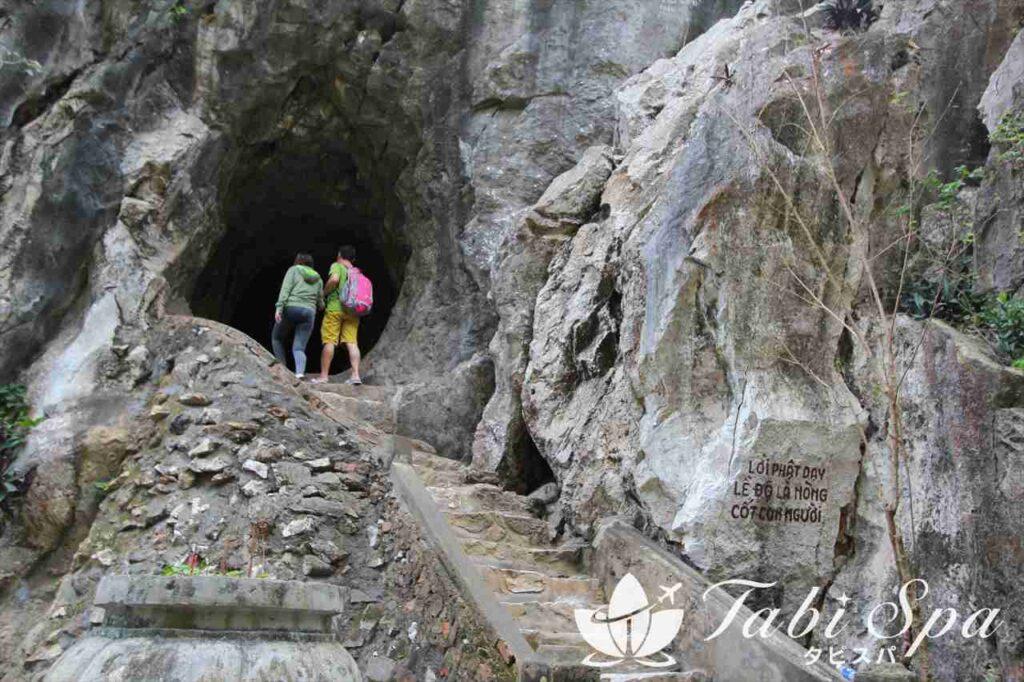洞窟を探索