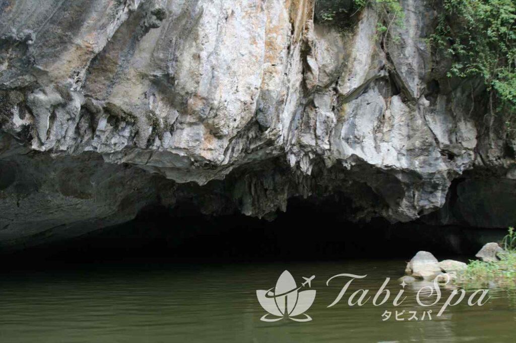 こんなほの暗い洞窟をボートでくぐります