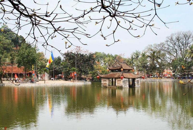 湖上に建つ祠堂