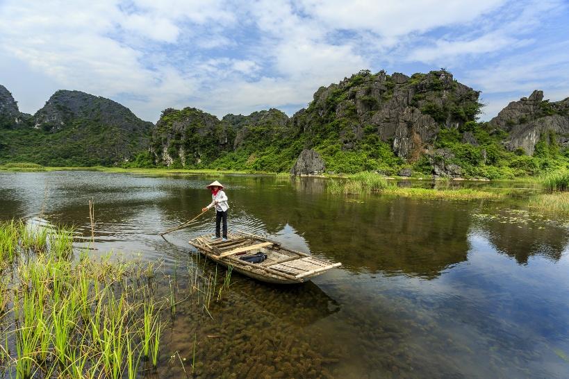 竹でできたバンブーボートで大自然を遊覧しよう!