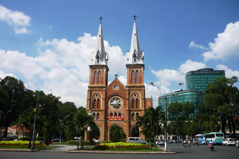 10:00/15:00 レンガ造りが印象的「サイゴン大教会(聖母マリア教会)」