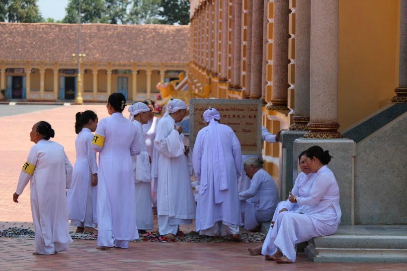 礼拝までしばしの談笑を楽しむ教徒たち