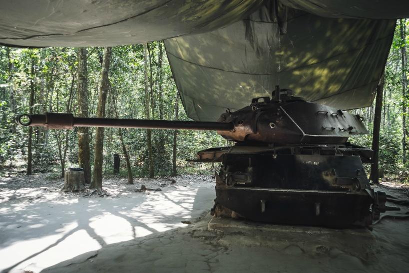 地雷を踏んだ米軍の戦車。上に載って記念撮影もできる
